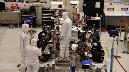 """AME8959. PASADENA (ESTADOS UNIDOS), 22/07/2019.- Ingenieros del Laboratorio de Propulsión de la Agencia Nacional Aeroespacial estadounidense (JPL-NASA) trabajan en la construcción del robot """"Mars 2020"""", el 16 de julio de 2019, en Pasadena, California (Estados Unidos). Aunque las leyes de la física dicen que es casi imposible levantar y dirigir un aparato volador en Marte, ingenieros estadounidenses han creado un helicóptero lo suficientemente ligero y rápido como para explorar el planeta rojo a vista de pájaro. EFE/ Iván Mejía"""