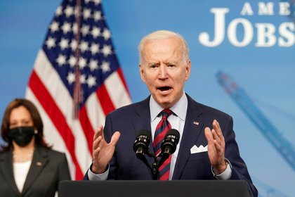 El presidente de los Estados Unidos, Joe Biden, y la vicepresidente Kamala Harris de fondo. REUTERS/Kevin Lamarque