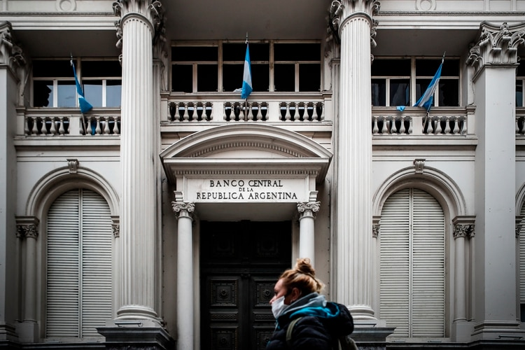 El jueves pasado el Banco Central volvió obligatoria para quienes compran dólares en el mercado oficial una declaración jurada que indique que no se operó u operara dólar contado con liquidación o MEP 90 días antes o 90 días después