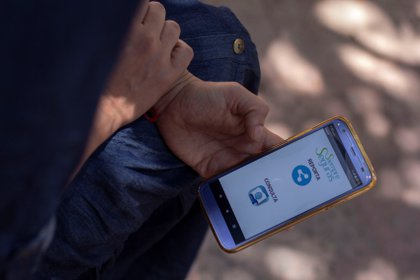 Para enfrentar la persistente violencia contra la mujer en México, un grupo de activistas creó en la ciudad de Querétaro la aplicación móvil Siempre Seguras, que recaba datos estadísticos sobre acoso sexual callejero y elabora un mapa de focos rojos. (Foto: EFE)
