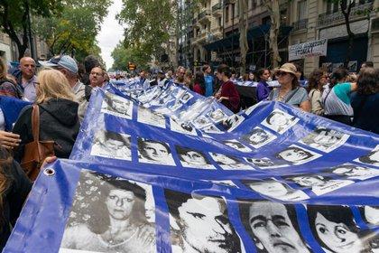 En cada una de las Marchas por la Memoria se desplega la pancarta con las fotos de las y los desaparecidos. (Shutterstock)
