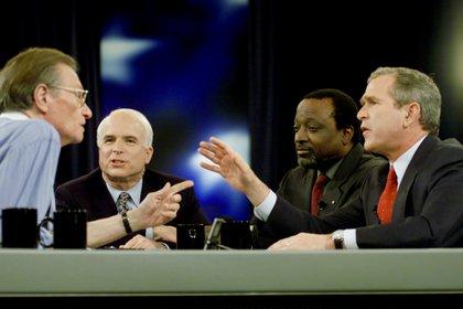 En una entrevista con George W. Bush, Alan Keyes y John McCain (REUTERS)