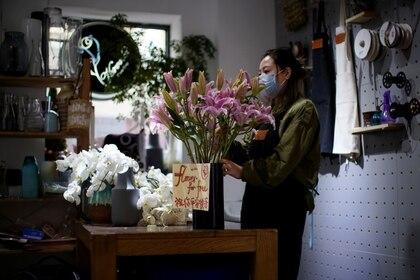 Un trabajadora en una floristería en Shanghai, China.  REUTERS/Aly Song
