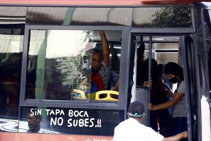 Mensaje a favor del uso de mascarillas en una autobús de la ciudad venezolana de Valencia (Europa Press)