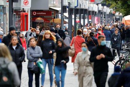 Personas con y sin máscaras protectoras son fotografiadas en la calle comercial de Wilmersdorfer Strasse, mientras continúa la propagación del COVID-19 en Berlín, Alemania, el 12 de octubre de 2020. REUTERS/Fabrizio Bensch