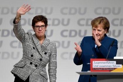 Annegret Kramp-Karrenbauer saluda la canciller alemana Angela Merkel después de ser elegida como líder del partido, el 7 de diciembre de 2018 (REUTERS/Fabian Bimmer)