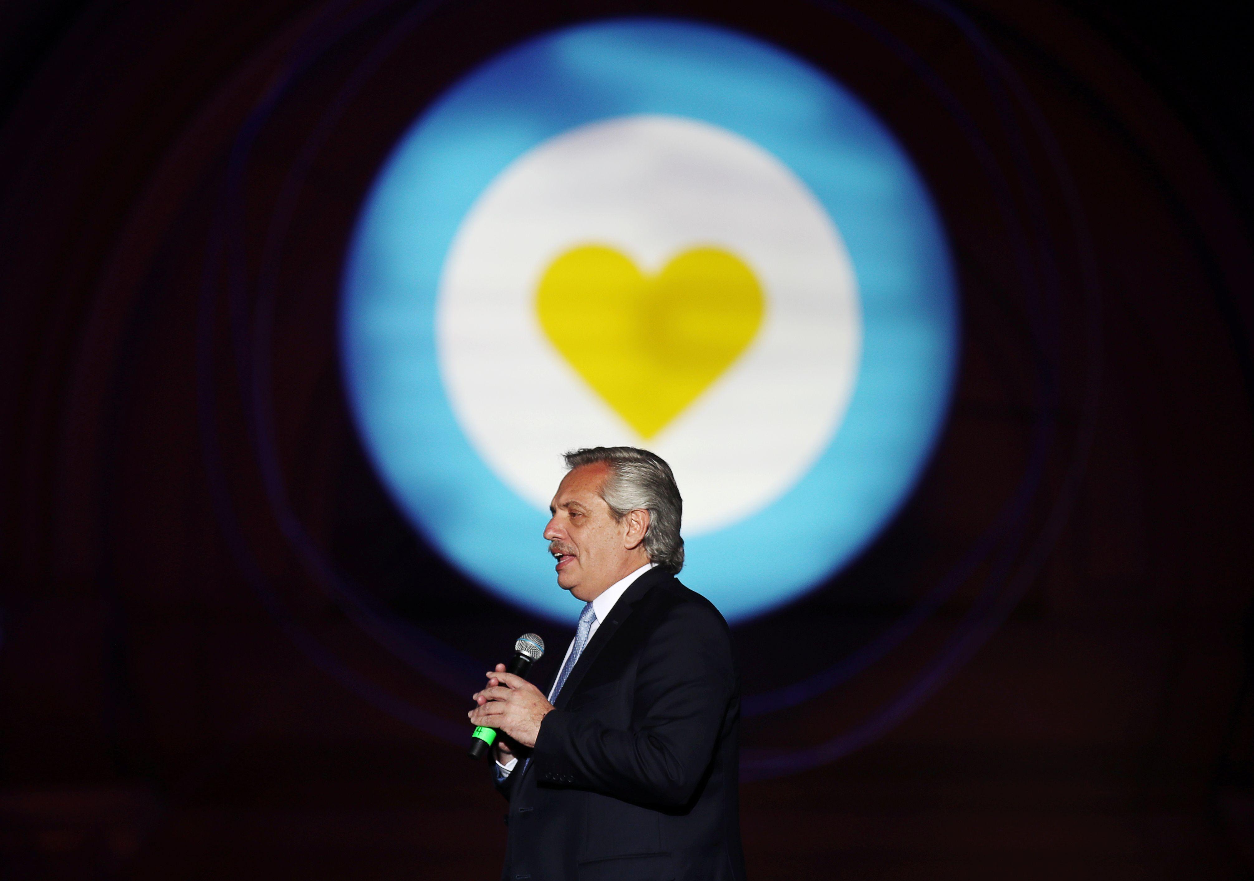 Alberto Fernández en el escenario (Foto: Reuters)