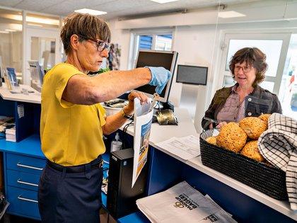 """Una turista alemana es recibida en el centro vacacional de """"Sol og Strand"""" de Blokhus, en el norte de Dinamarca."""