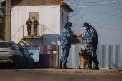 Guardias de seguridad frente a la colonia penal en la que Navalny cumple su condena (REUTERS/Maxim Shemetov)