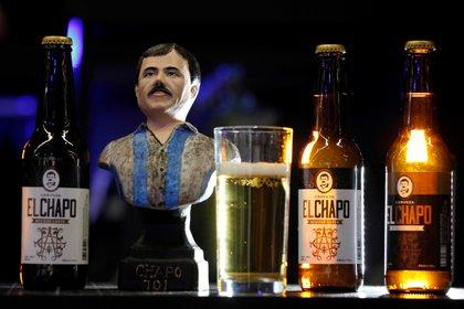 La marca El Chapo 701 tiene entre su oferta una cerveza artesanal (Foto: Archivo/EFE)