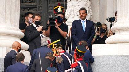 El Jefe de Estado, de espaldas, se abre paso en las escalinatas del Congreso, con la escolta de los granaderos. (Franco Fafasuli)