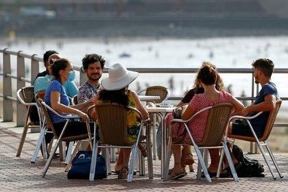 Un grupo de personas disfruta de un almuerzo sin distanciamiento social en las Islas Canarias (REUTERS/Borja Suarez)