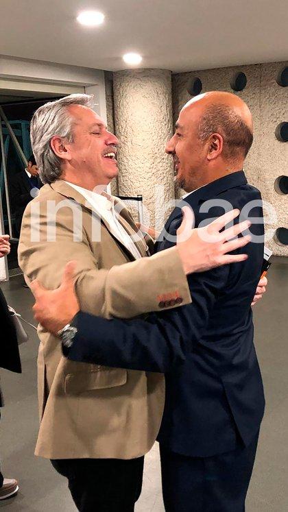 Alberto Fernández y Maximiliano Reyes Zúñiga, se funden en un abrazo
