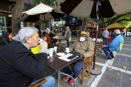 En Mendoza, ya están en una etapa de distanciamiento y se habilitaron los locales gastronómicos (REUTERS/Maximiliano Rios)