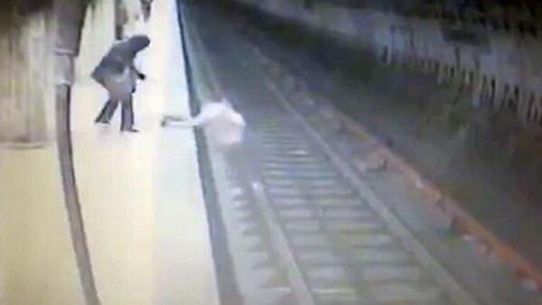 Empujan a mujer a las vías del metro y muere aplastada