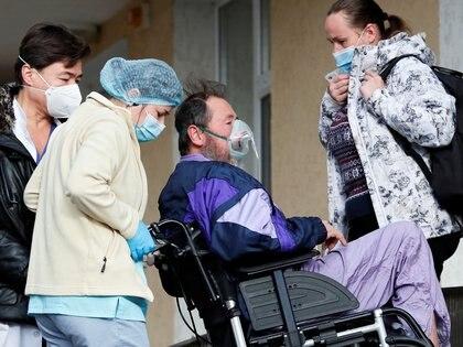 Los pacientes que salen de la internación y un cuadro grave se recuperan en sus domicilios - REUTERS/Gleb Garanich