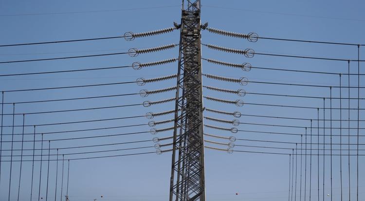 Las generadoras de energía eléctrica señalan la falta de pago y avisan sobre el quiebre de la cadena