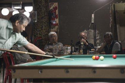 Entre los elementos distintivos del café se encuentran las mesas de pool y ping pong