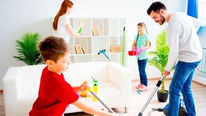 """""""Es un momento para aprovechar en la educación formativa de las tareas de hogar; de cosas que niñas y niños luego también van a tener que hacer"""" (Shutterstock)"""