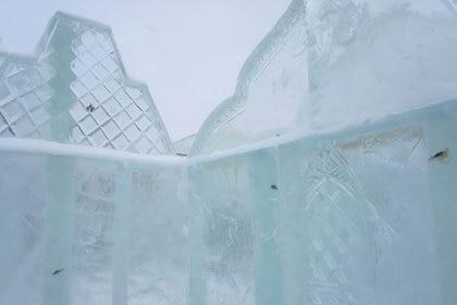 El paisajista a cargo de los famosos ornamentos explicó que se usa hielo creado en condiciones naturales, y que en los lagos de donde se lo toma suele haber peces. (72.ru)