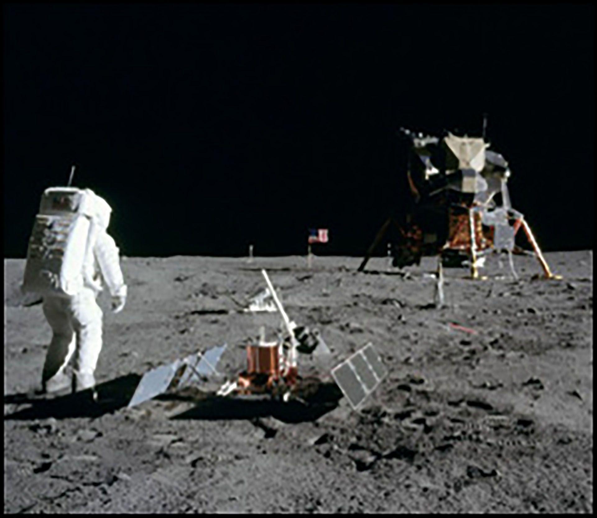 """Según la web de Lunar Embassy, """"el sitio del aterrizaje del Apolo 11, así como el cráter en la Luna en el que aparentemente se ha encontrado agua, pero aún no se ha confirmado"""" no están a la venta"""