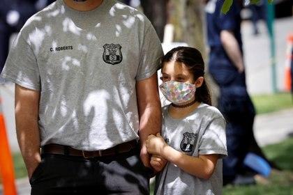 Una niña usa máscara facial en Glen Ridge, Nueva Jersey REUTERS/Mike Segar