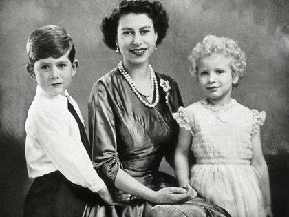 La Reina Isabel Ii con sus hijos, el Príncipe Carlos y la Princesa Ana, en enero de 1955.