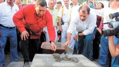 Tras su llegada al poder, Ortega firmó un acuerdo con el fallecido presidente venezolano, Hugo Chávez, que le habría dejado unos seis mil millones de dólares de libre uso. En la foto, cuando presentaron en agosto de 2007 el proyecto de una refinería que nunca se construyó.