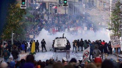Postal de la primera contra cumbre de la OMC, en 1999, donde miles de manifestantes se enfrentaron con las fuerzas de seguridad en la ciudad de Seattle.