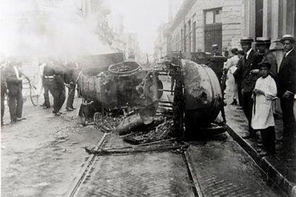 Un auto volcado durante la semana trágica
