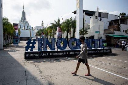 Frente a la sede internacional de La Luz del Mundo en Guadalajara se colocó un letrero gigante de apoyo al apóstol, al que consideran inocente de las acusaciones de abuso sexual. (Foto. Adolfo Valtierra)