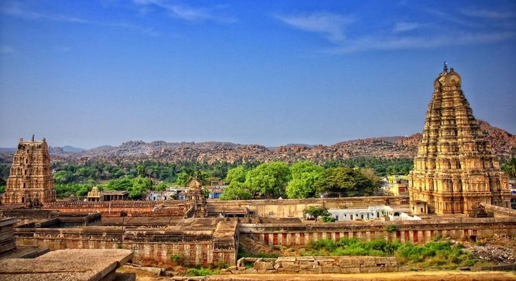 En el centro de Hampi hay cerca de 350 templos. Existen también fortificaciones, un vasto y muy elaborado sistema de irrigación, esculturas, pinturas, establos, palacios, jardines y mercados