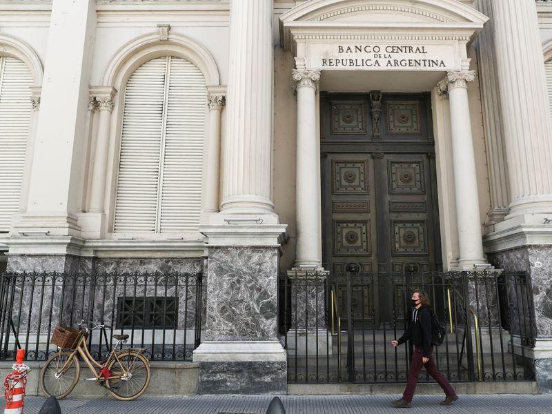 Foto de archivo: un hombre camina frente a la fachada del edificio del Banco Central de la República Argentina en Buenos Aires, Argentina. 16 sept 2020.  REUTERS/Agustin Marcarian