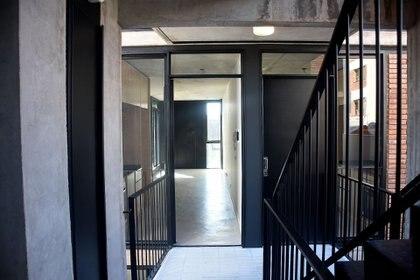 Los halles de acceso y las cocinas de las unidades miran hacia el patio, sugiriendo un espacio donde es posible ser visto y desde donde se puede mirar y saludar.