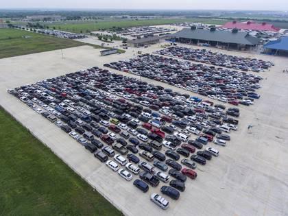 En las imágenes quedaron registradas las largas filas que hicieron cerca de 10.000 familias que se congregaron en el estacionamiento en Traders Village (William Luther/The San Antonio Express-News via AP)