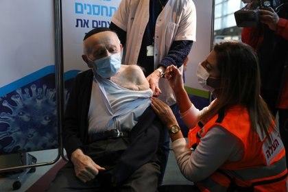 Israel es el país con una más amplia campaña de vacunación. EFE/EPA/ABIR SULTAN/Archivo