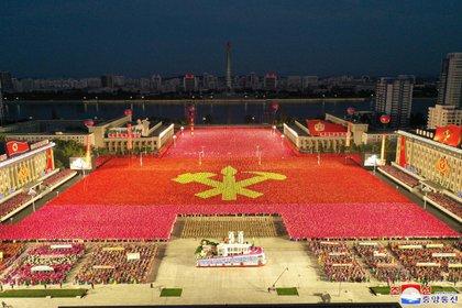 Sin mascarillas ni distancia sociales, la dictadura norcoreana festejó los 75 años del Partido Único