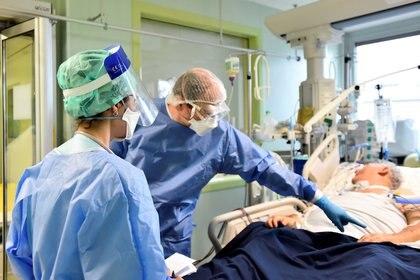 Un paciente en una UCI del hospital de Lodi, en el norte de Italia, en noviembre de 2020 (REUTERS/Flavio Lo Scalzo)