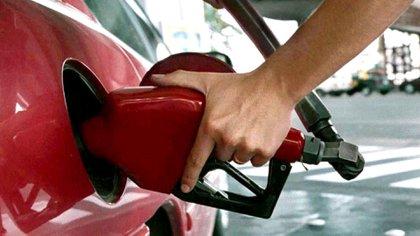 Con el 5% autorizado hoy, el litro de nafta súper en YPF subirá de $45,49 a $47,76 (NA)