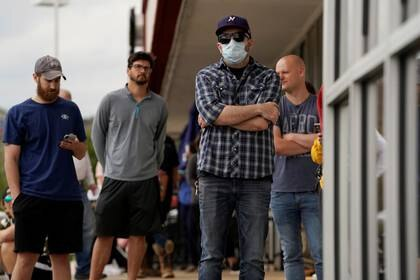 Personas que han perdido su trabajo esperan en una fila para solicitar subsidios en Fayetteville, Arkansas, el 6 de abril de 2020 (REUTERS/Nick Oxford)