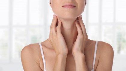 El dolor o tensión en el cuello es uno de los síntomas de agotamiento vocal (Shutterstock)