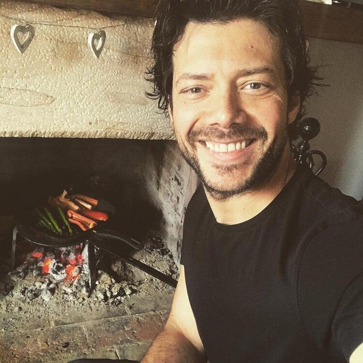 Álvaro Morte y una de sus pasiones: la cocina (Instagram)