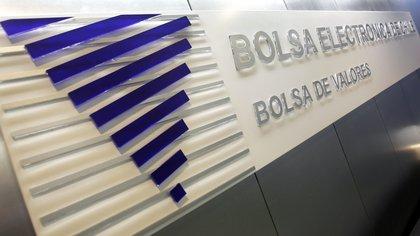 Uno de los sectores más golpeados al abrir la Bolsa fue la banca. Las acciones de Santander retrocedieron 2,74 % y BCI un 3,89. Por su parte, el Banco de Chile sufrió una caída de 4,2 %. EFE/Felipe Trueba/Archivo