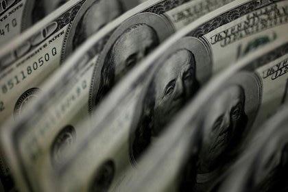 La brecha cambiaria baja y se aleja del 70%. (Reuters)