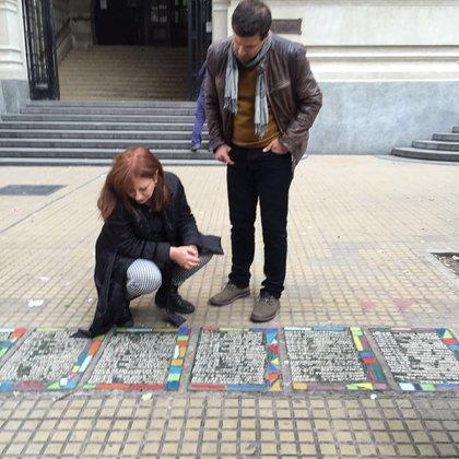Lewin mirando la lista de desaparecidos del Colegio Nacional de Buenos Aires