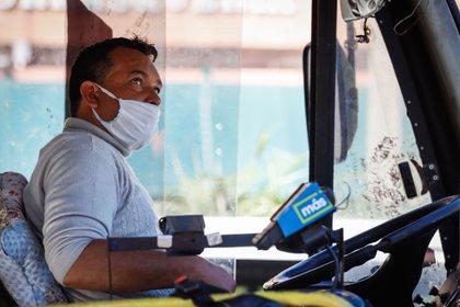 Un conductor de autobús con tapabocas reacciona este sábado, en Asunción (Paraguay). EFE/Nathalia Aguilar