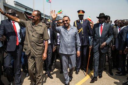 El presidente de Sudán del Sur Salva Kiir (derecha) camina con el presidente de Eritrea Isaias Afwerki (2º izquierda) y el primer ministro de Etiopía Abiy Ahmed (centro) a su llegada al aeropuerto internacional de Juba (Foto de AKUOT CHOL / AFP)