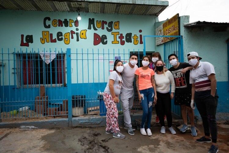Cristian y el resto de los jóvenes que colaboran en el Centro Comunitario La Casita de La Cava, la zona con más miseria de Villa Itatí