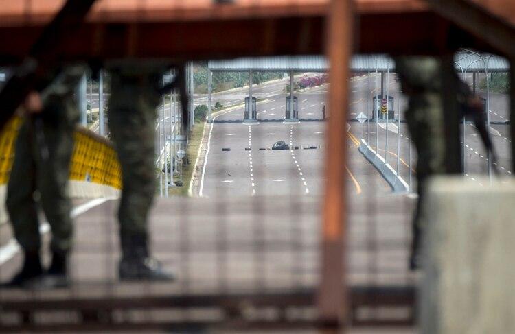 Militares venezolanos controlan el bloqueodel puente (Raul Arboleda / AFP)