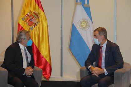 Alberto Fernández junto al rey Felipe VI de España